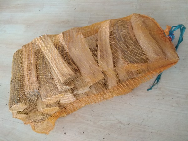 Hartholz im Netzsack (trocken, 25cm Scheitlänge)